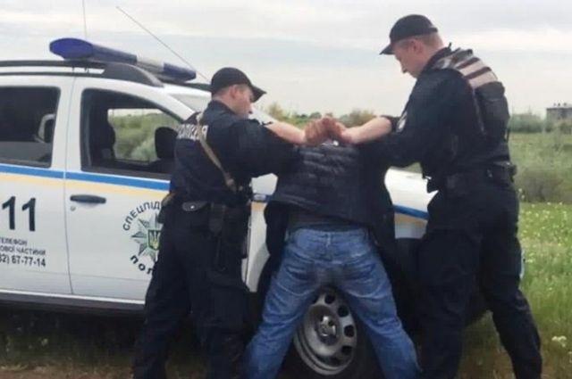 В Одессе трое в преступников, угрожая пистолетом, угнали у женщины авто