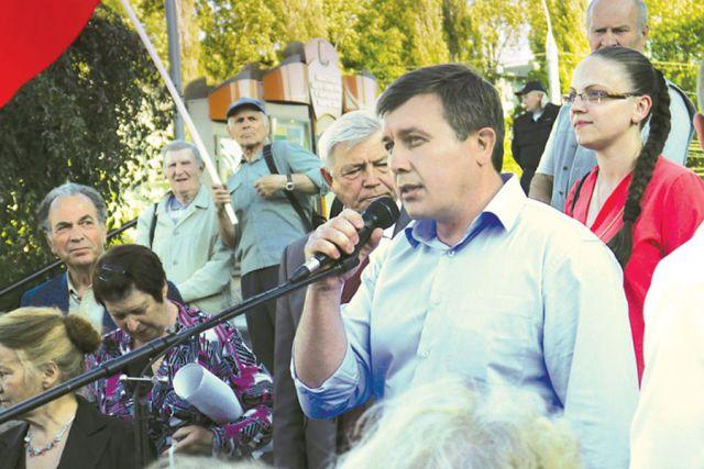 Сергей Токарев регулярно выезжает на встречи с людьми, чтобы решать проблемы на местах.