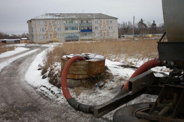 Незаконный слив канализационных стоков посреди посёлка продолжается уже несколько месяцев.
