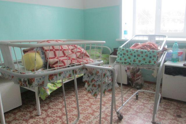 В палате «Мать и дитя» мамочкам тяжело, но они сразу учатся ухаживать за малышом.