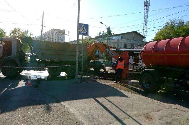 ОмскВодоканал устранил повреждение на водопроводе в Центральном округе