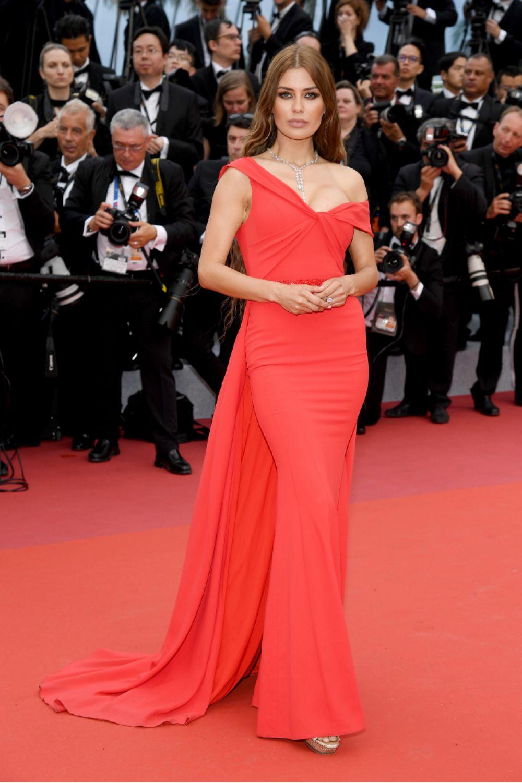 Российская телеведущая Виктория Боня долго не думала и надела платье в тон красной дорожке. Соответственно, и образ получился такой же - в тон красной дорожке.
