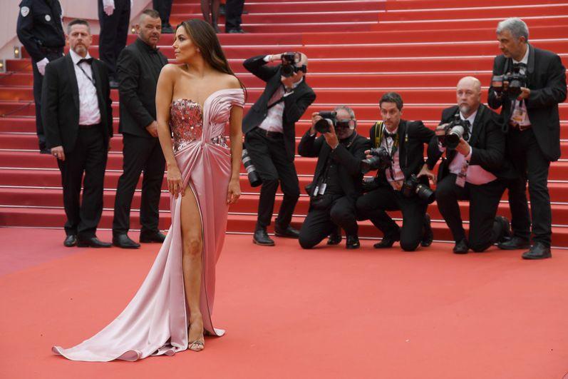 А вот Ева Лонгория, как и Алессандра Амбросио, делала ставку на экзотику. И выиграла, тем более, что розовое платье эффектно подчеркнуло тон кожи Лонгории и ноги. Но вот верх в пайетках и стразах сделал образ Лонгории слишком