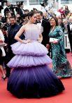 Еще один яркий образ красной дорожки принадлежит британской актрисе Арайе Харгейт. Актриса выбрала пышное платье (чуть ли не единственное за всю церемонию) в градиенте. От цвета лавандового мыла до темно-пурпурного и даже индиго - посмотреть было на что, ведь платье притягивало к себе взгляд. При этом, Харгейт удалось не утяжелить наряд ни сложной прической, ни украшениями. Ничего лишнего - только сиреневый!