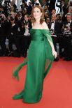 Актриса Джулианна Мур сделала ставку на вечное сочетание зеленого, который идет рыжеволосым. Но в итоге, проиграла. Все дело - в чересчур бледной коже Джулианны, которой зеленый цвет придал болезненный вид, а также - яркости самого платья. Вот если бы ткань была матовой, а сам оттенок - не настолько кричащим, ставка бы выиграла. Но в целом, образ Джулианны Мур получился неплохим.