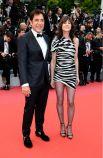 """Но все же, яркие образы на красной дорожке были. Британская актриса Шарлотта Гинсбур уже давно заявляла о себе, как о смелой моднице. В этот раз Шарлотта выбрала для красной дорожки платье с принтом зебры от Yves Saint Laurent. Легкий образ Шарлотты Гинсбур """"разбавил"""" нашествие белого на церемонии и стал ярким акцентом всего вечера, как и весь дерзкий образ актрисы. На фото Шарлотта Гинсбур с Хавьером Бардемом."""