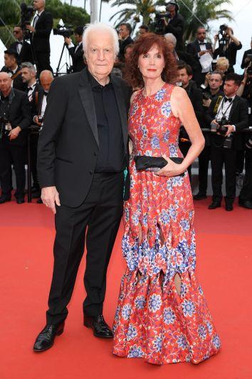 Если с французским актером Андре Дюссолье все ясно - он для церемонии выбрал классический черный костюм, то вот актриса Сабина Азима порадовала легким весенним луком - платье с принтом омолодило актрису. Правда и вызвало споры - многие критики считают, что Сабина выбрала для себя наряд не по возрасту. А вы как думаете?