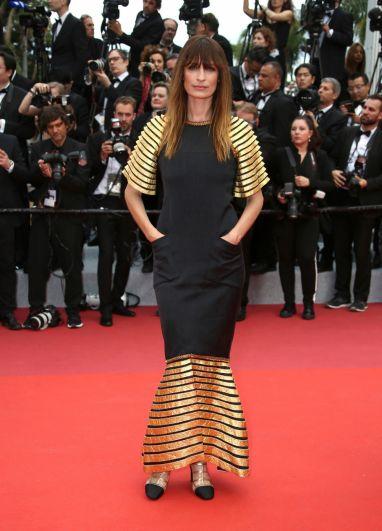 Актриса Каролин де Мэгре также сделала ставку на черный с золотом. Если бы не золотой подол и рукава, это было бы