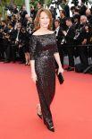 Французская актриса Натали Бай также выбрала вполне сдержанный образ - все в одном цвете. При этом золотистый отлив и пояс выгодно подчеркнул фигуру актрисы и сделал ее образ по-настоящему элегантным и не смешал ее с обстановкой.