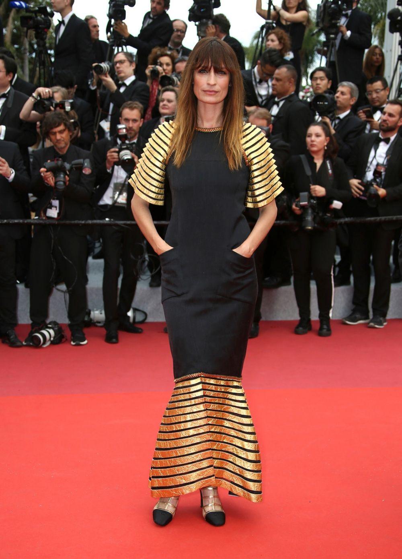 """Актриса Каролин де Мэгре также сделала ставку на черный с золотом. Если бы не золотой подол и рукава, это было бы """"маленькое черное платье"""", но при этом - не менее привлекательное. Золото сделало образ более заметным и в целом, никому не навредило."""