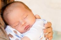Тюменка родила малыша на газоне: всего 10 метров она не доехала до центра