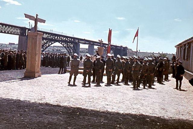 Открытие оккупационными войсками отремонтированного моста Стрелецкого в Запорожье. 1943 год.