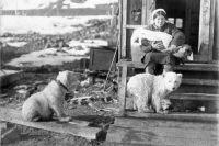 Бухта Тихая. Привычная картина в те годы. В альбоме подробно описана жизнь полярников.