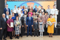 Лауреаты премии «Семья Ямала» получили сертификаты на 250 тысяч рублей