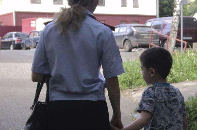 Сотдруники полиции проводят работу с подростками и родителями.