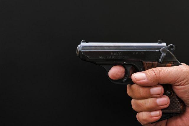 Угрожая женщине-продавцу пневматическим пистолетом, пенсионер потребовал отдать ему деньги из кассы.