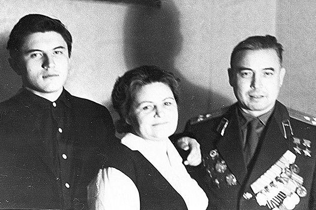М.Гареев с женой Галиной и младшим сыном Евгением, Уфа, 1965.