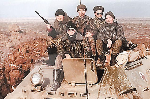 Боевое дежурство под Урус-Мартаном, осень 1999 года. Александр Филиппов на переднем плане (в шапке и очках).