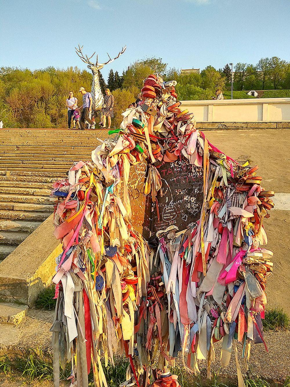 """""""Дерево влюбленных"""" тоже украшено разноцветными ленточками и замочками."""