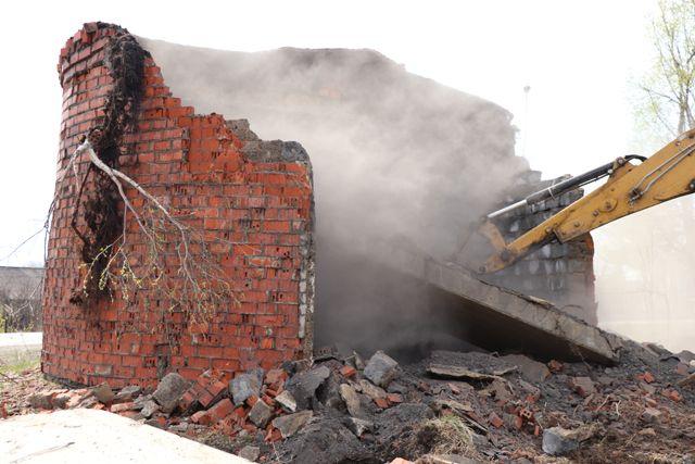 Специалист снесли заброшенную насосную станцию на улице Славянской.