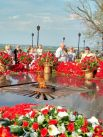 Цветы у Вечного огня в память о погибших.