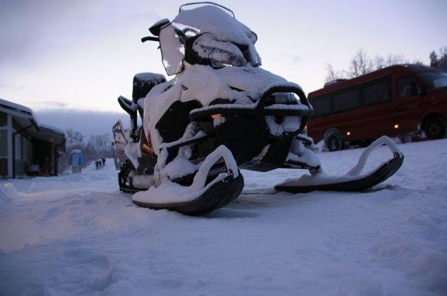 Женщина не справилась с управлением и снегоход врезался в водонапорную колонку. В результате пассажирка снегохода получила тяжёлые травмы.