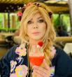 Ирина Билык также присоединилась к общему флешмобу и выбрала вышиванку в крупный цветок на буковинский манер, а также скромный венок с ягодами и цветами.