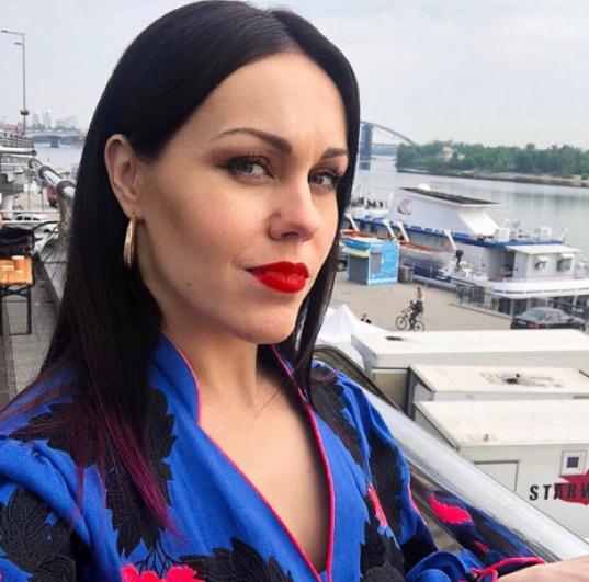 Алеша, как и ее супруг Тарас Тополя, также поздравила подписчиков с праздником и подписала фото:
