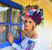 Ирина Федишин также порадовала красивой фотосессией не только в вышиванке, но и в объемном веночке.