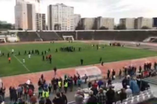 Во время футбольного матча в Виннице болельщики начали избивать судью