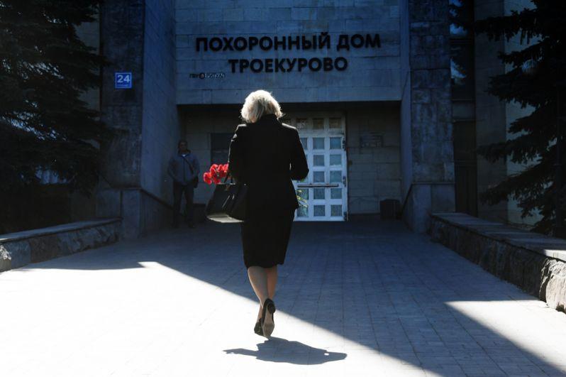 Женщина с цветами на церемонии прощания с журналистом Сергеем Доренко.