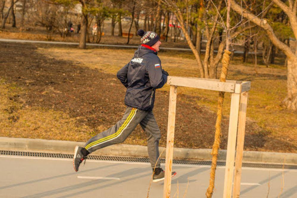 С наступлением тепла на пробежку стало выходить больше людей. Теперь для уличных физических упражнений можно надевать легкую комфортную одежду.