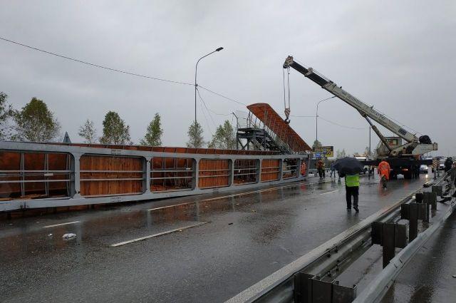 На Тобольском тракте грузовик снес надземный переход