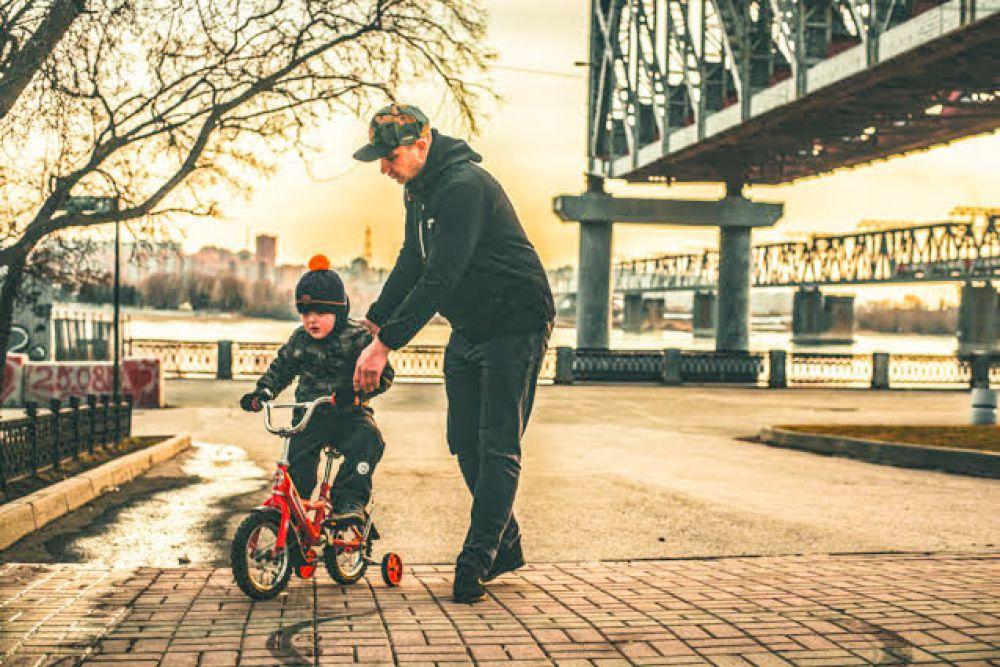 Жители Новосибирска достали из кладовок свои велосипеды, ролики и самокаты и теперь катаются на разных городских площадках.