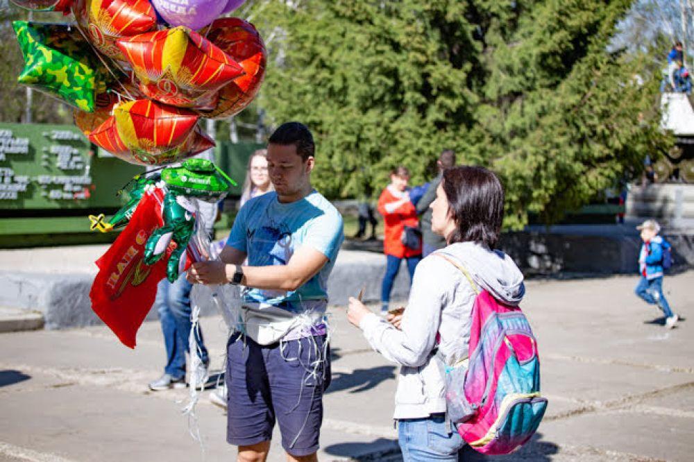 Наконец, настала та пора, когда на улицах стали продавать воздушные  шарики: их, наверное, даже можно назвать символами лета и тепла.