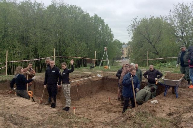 Раскопки на Шейновом бастионе. Слева на переднем плане Пьер Малиновский и Мария Катасонова (смотрят в кадр).