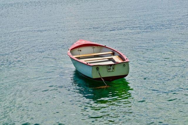 Так как они находились в состоянии алкогольного опьянения, то вёслами работали невпопад, поэтому лодка перевернулась
