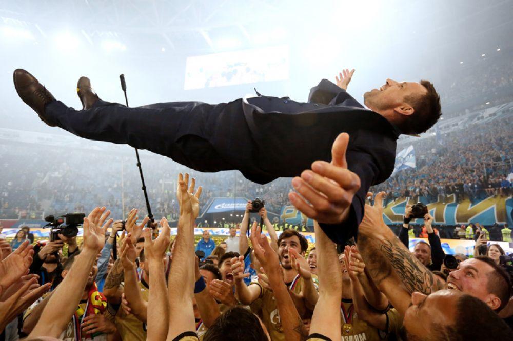 Игроки ФК «Зенит» качают главного тренера Сергея Семака после окончания матча 28-го тура чемпионата России по футболу среди клубов Премьер-лиги между «Зенитом» и ЦСКА.