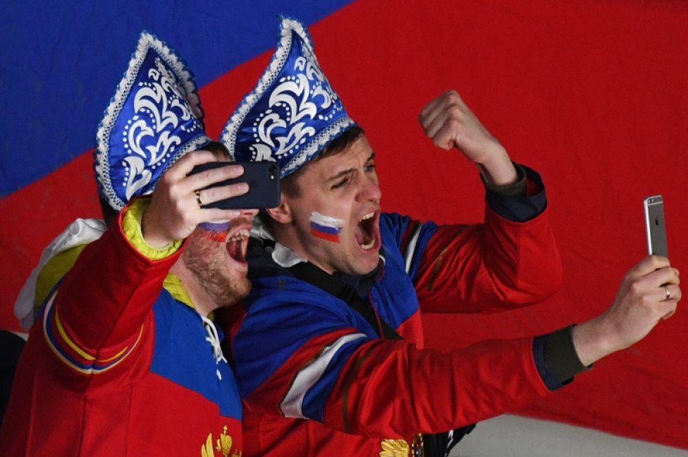Болельщики сборной России радуются забитой шайбе команды в матче группового этапа чемпионата мира по хоккею между сборными командами России и Чехии.