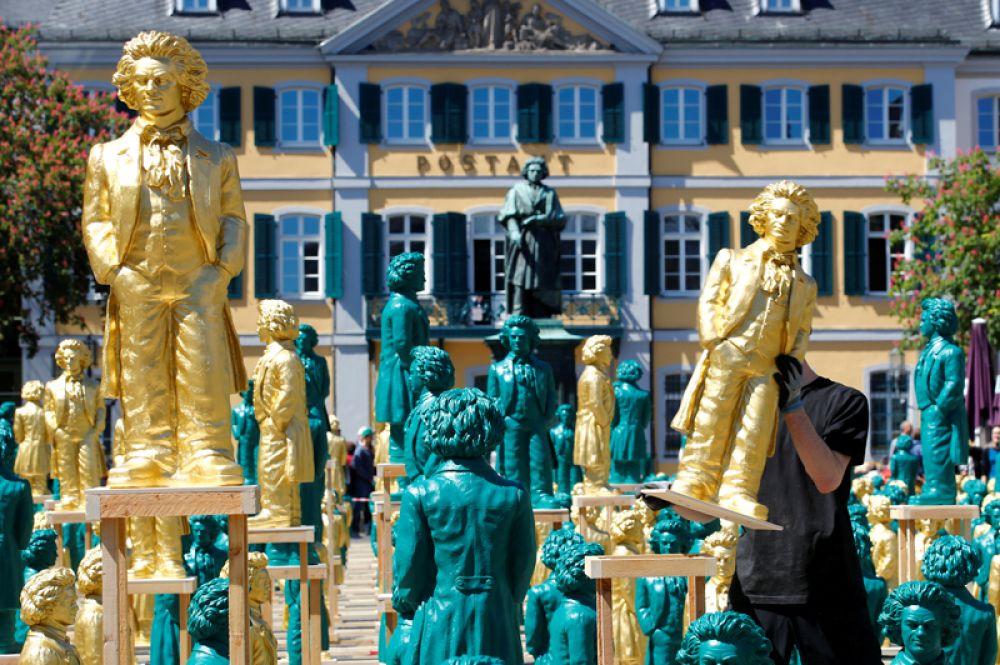 Множество пластиковых скульптур Бетховена в честь 250-летия со дня рождения композитора в Бонне.