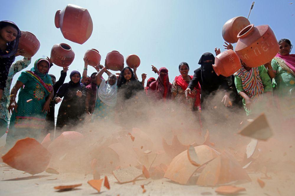 Женщины бросают глиняные кувшины на землю в знак протеста против нехватки питьевой воды в Ахмедабаде.