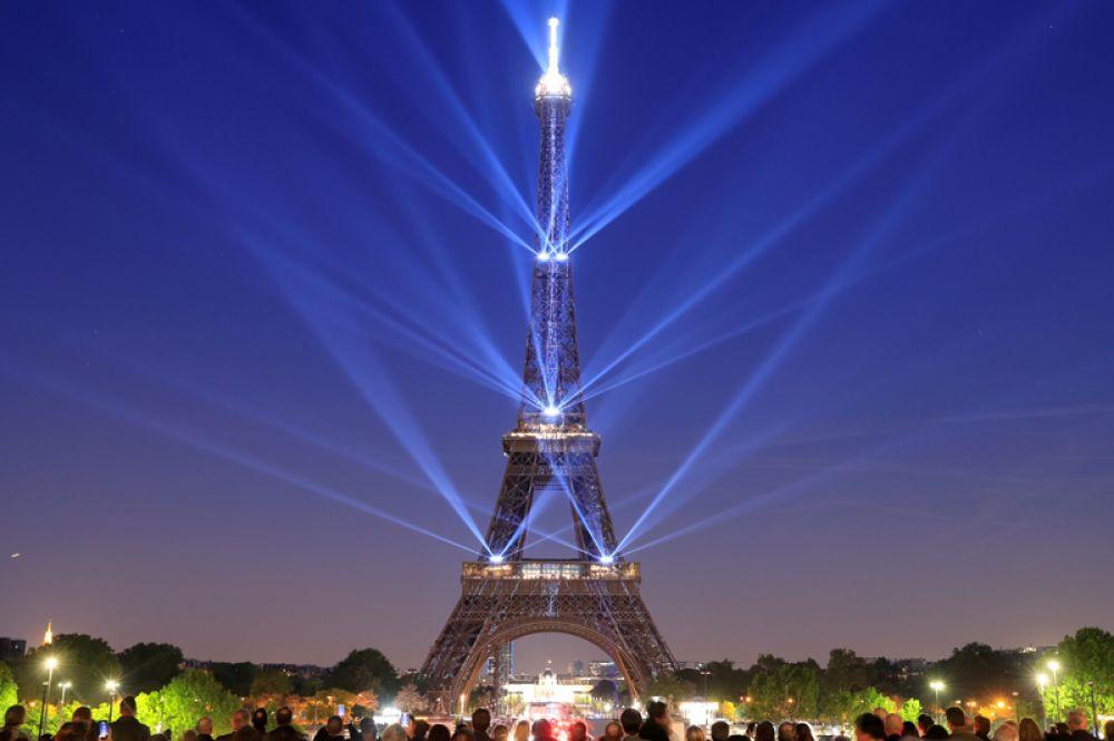 Световое шоу на Эйфелевой башке в честь ее 130-летия, Париж.