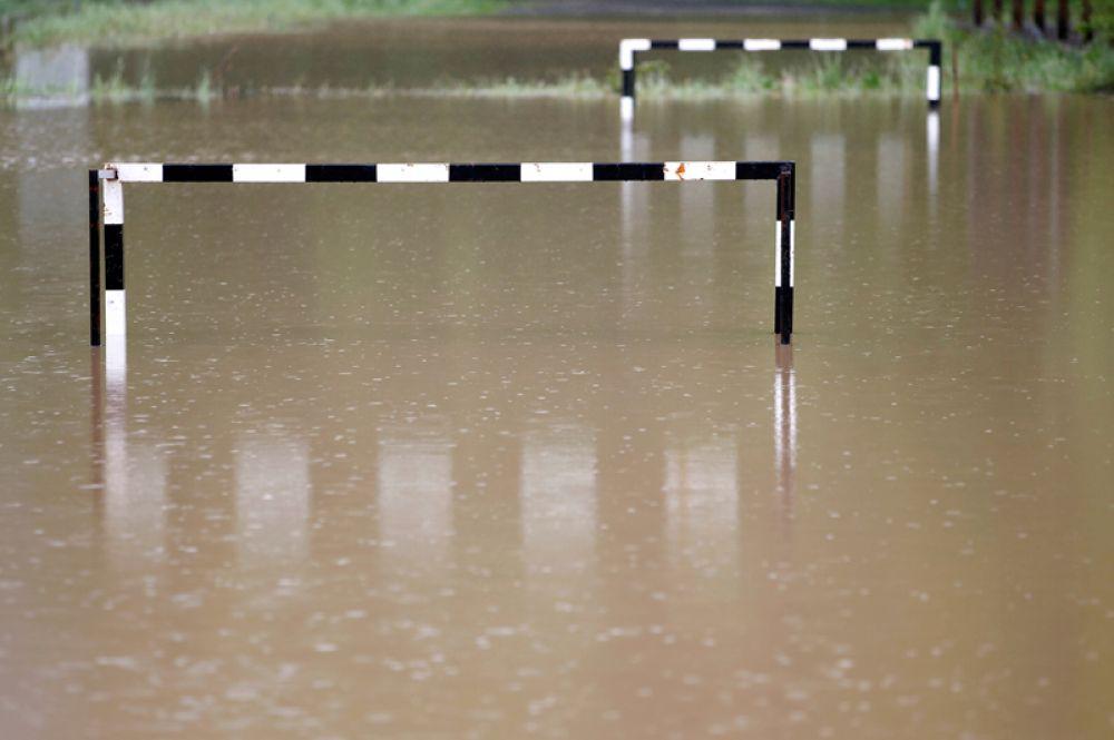 Футбольное поле после наводнения в Тесличе, Босния и Герцоговина.