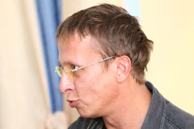 Всем, кто придет 24 мая с 13.00 до 14.00 в магазин «Первая Полоса» на Невский, 30, билет подпишет главный судья турнира Иван Охлобыстин. Там же, в магазине прессы, можно купить и его новую книгу.