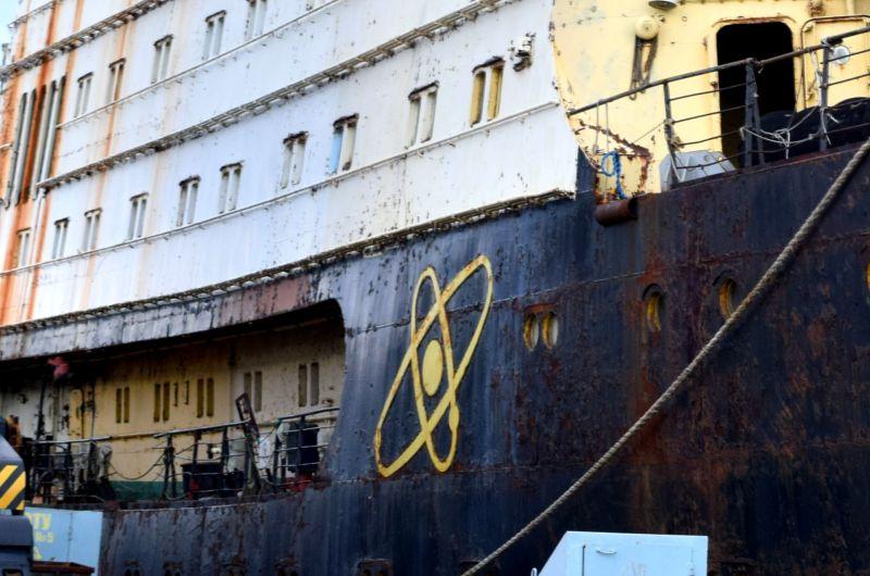 Вывод из эксплуатации предполагает демонтаж загрязненных радиоактивными веществами конструкций, оборудования и систем судов.