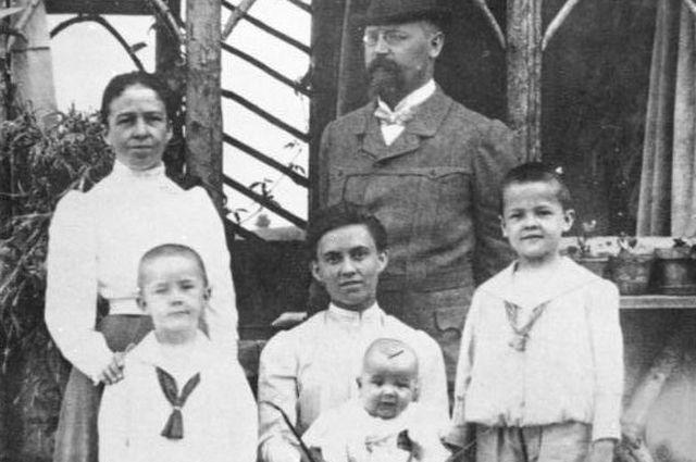 Джозеф Гебхард и Анна Гиммлер (стоит) с тремя детьми Генрихом (слева), Эрнстом (в центре) и Гебхардом (справа) (1906 г.)