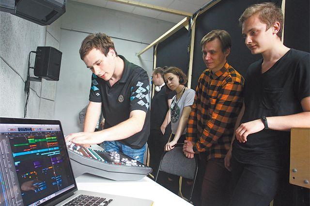 Студенты 2-го курса факультета «Музыкальная звукорежиссура» осваивают программы  и самостоятельно начинают создавать свои проекты.