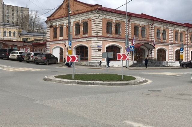 Данный участок будет оборудован дорожными знаками «Уступи дорогу» и «Круговое движение».