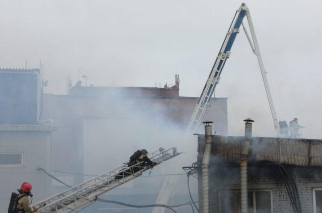 Пожарным удалось предотвратить распространение огня на другие производственные помещения.