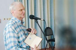 Сергей Блохин во время акции дарения музею своих бесценных раритетов.